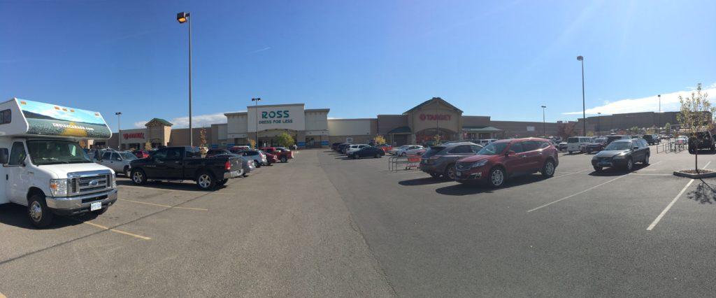 Nosso motorhome estacionado em frente às lojas do comércio de Kalispell, Montana