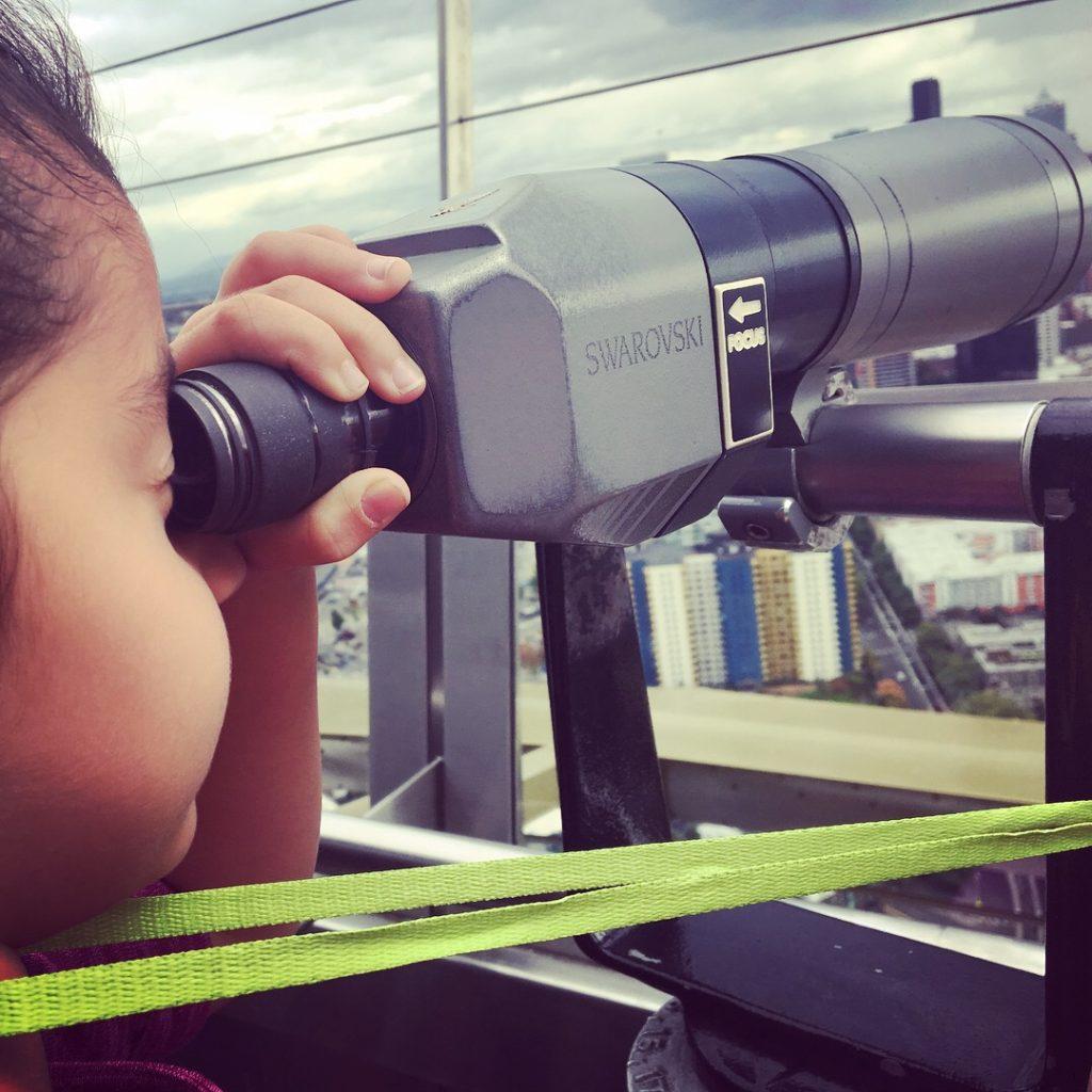 A Bela ama esses telescópios onde colocamos uma moedinha para ver melhor a paisagem