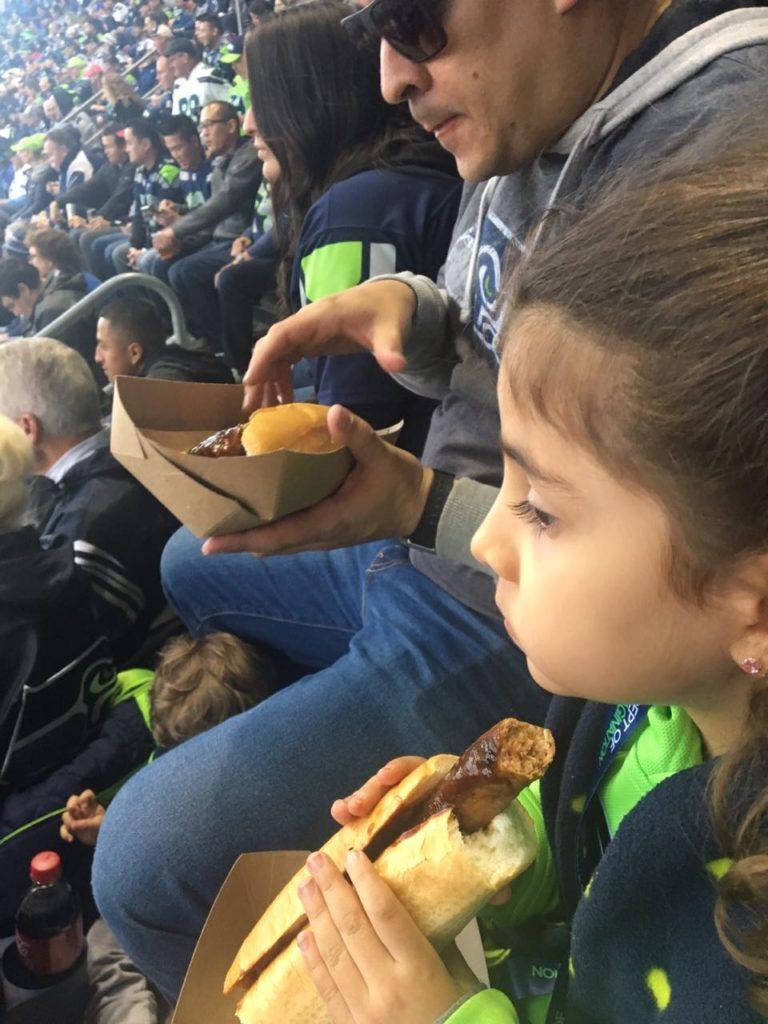 Comendo hotdog no jogo dos Seattle Seahawks
