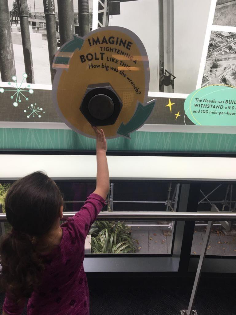 Na fila para o elevador, uma exposição interativa apresenta curiosidades sobre a Space Needle