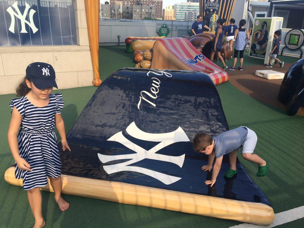 Isabela e Felipe na área infantil do Yankee Stadium, NY